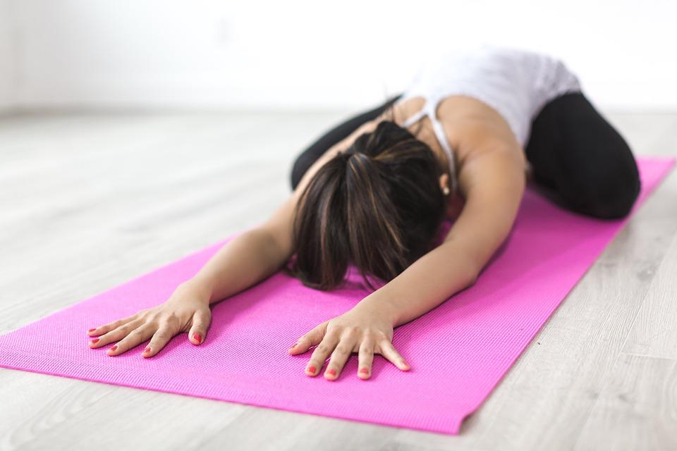 Как правильно выбрать коврик для йоги – marathon.ua
